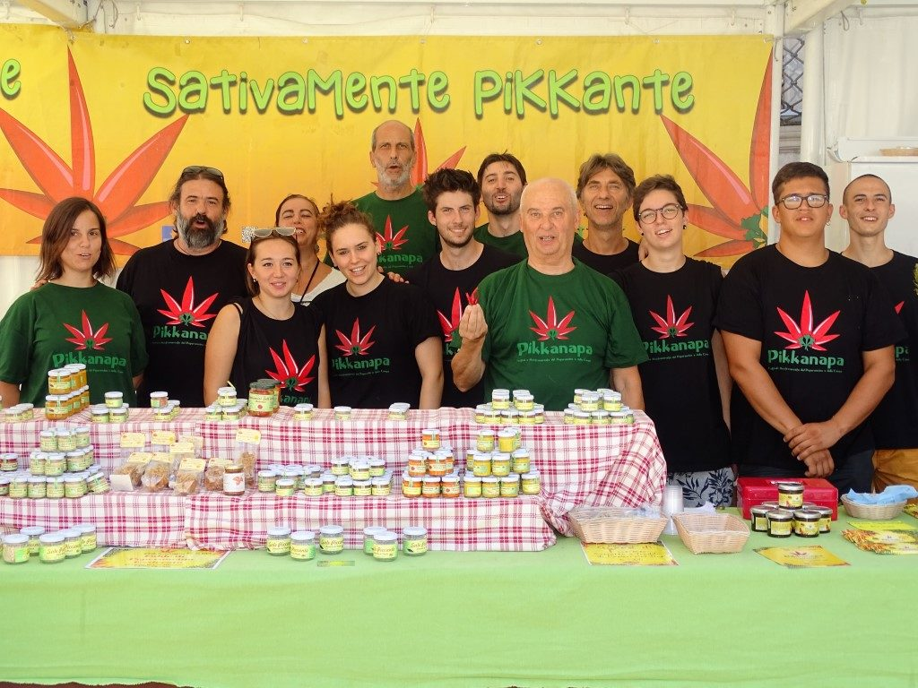 Il Segretario Generale dell' Unaga Roberto Zalambani con gli organizzatori del Festival del peperoncino e della canapa di Jesi ( An )